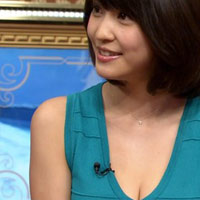 芸人のロッチ・コカドさんとお泊りデートしてる岸明日香さんのテレビに写った谷間