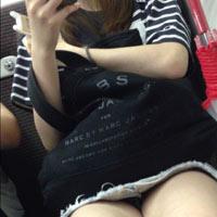 電車内で撮られたパンチラに太ももがエロいww