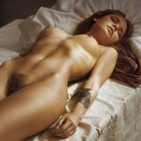 いきなりの即ハメで起こしたくなる無防備に寝てる外人のエロ画像www